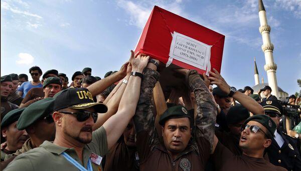 Турецкие полицейские несут гроб погибшего офицера во время военного переворота в Анкаре