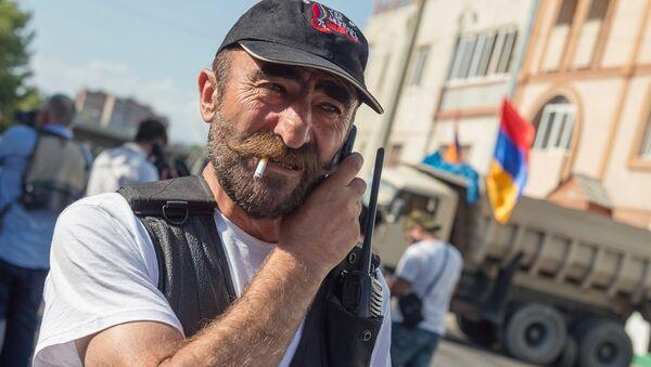 Лидер группы Сасна црер Павлик Манукян на территории захваченного полка полиции в Ереване