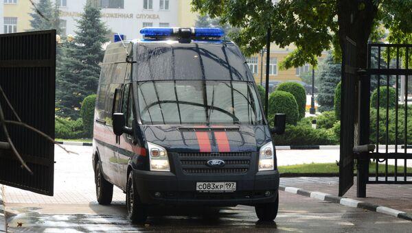 Автомобиль Следственного комитета РФ выезжает с территории центрального офиса Федеральной таможенной службы