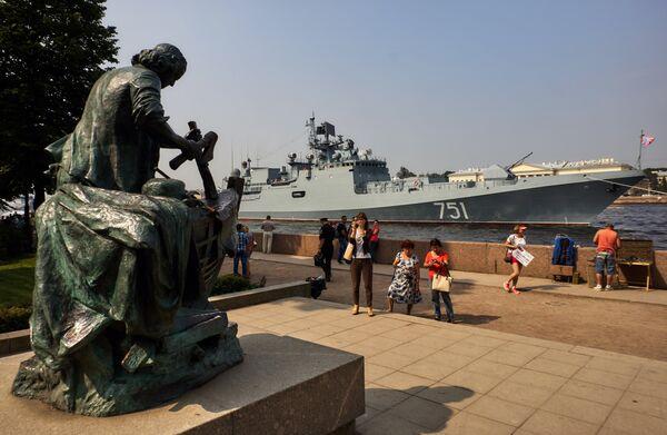 Сторожевой фрегат Адмирал Эссен в акватории реки Невы