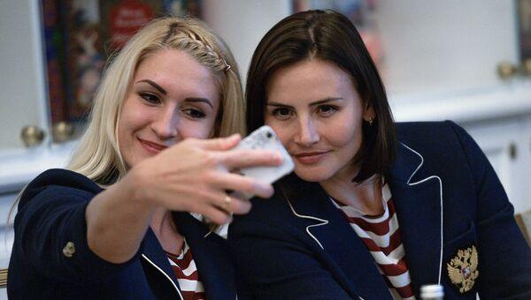 Игроки Владлена Бобровникова и Майя Петрова на презентации олимпийской женской сборной России по гандболу в Москве