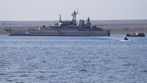 Украинские военные покидают корабль Константин Ольшанский в бухте Донузлав. Архивное фото