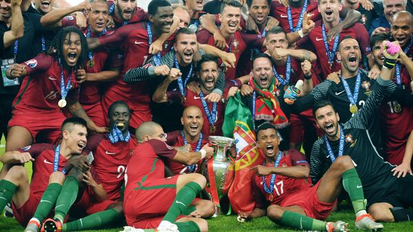 Игроки сборной Португалии на церемонии награждения чемпионата Европы по футболу - 2016 после финального матча между сборными командами Португалии и Франции