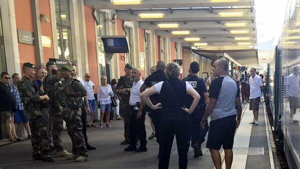 Солдаты и полицейские на платформе вокзала в Тулоне
