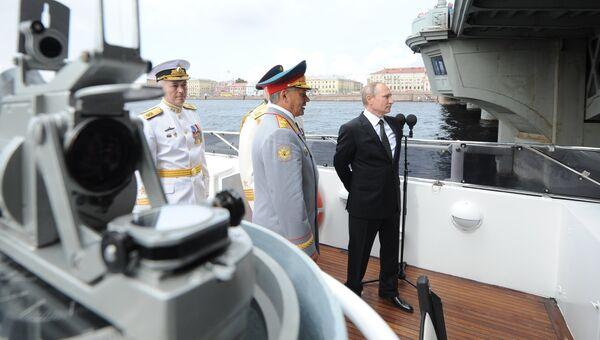 Президент России Владимир Путин на катере Серафим Саровский во время морского парада кораблей на рейде Невы в честь Дня ВМФ в Санкт-Петербурге