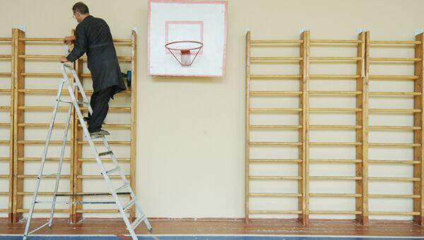 Ремонт в школьном спортзале. Архивное фото