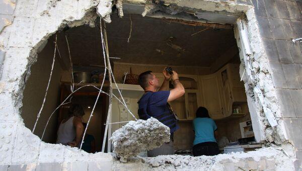 Представитель Специальной мониторинговой миссии ОБСЕ фиксирует разрушения внутри квартиры пятиэтажного дома в Ясиноватой