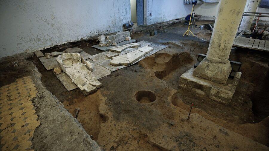 Археологические раскопки на месте демонтированного 14-го корпуса Московского Кремля