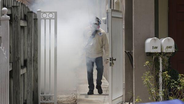 Работник службы по борьбе с комарами в Майами. Архивное фото