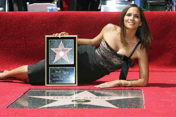 Американская актриса Холли Берри с именной звездой на Аллее славы в Голливуде. 2007 год