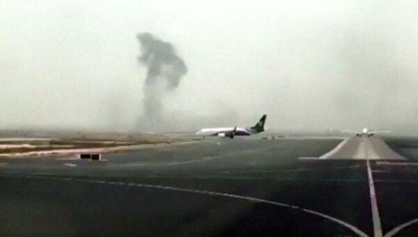 Дым на месте аварии самолета авиакомпании Emirates в аэропорту Дубая