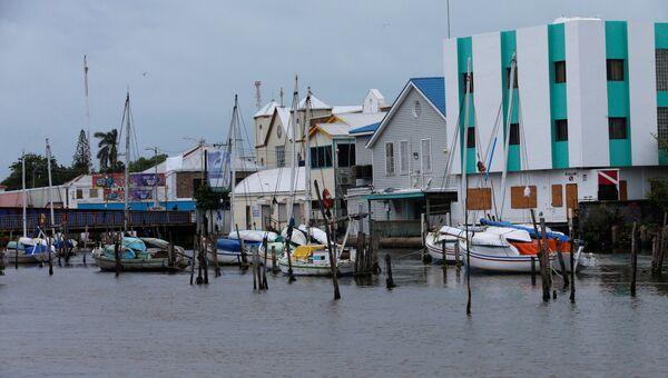 Лодки у пристани Белиза перед ураганом Эрл