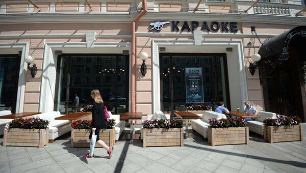 Прохожая у летней веранды на реконструированной Тверской улице в Москве