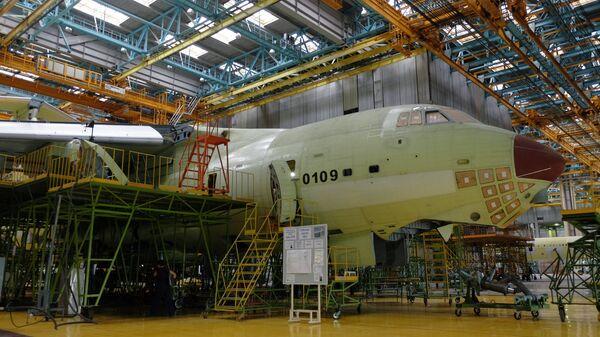 Сборка самолета ИЛ-76МД-90А в цехе окончательной сборки на Ульяновском авиационном заводе Авиастар-СП. Июнь 2016 года