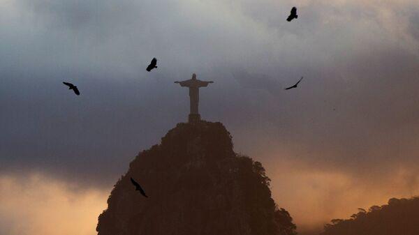 Вид на статую Христа-Искупителя на вершине горы Корковаду со смотровой площадки на горе Сахарная голова в Рио-де-Жанейро