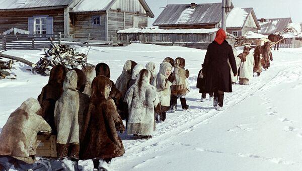 Дети на прогулке. Ямало-Ненецкий округ