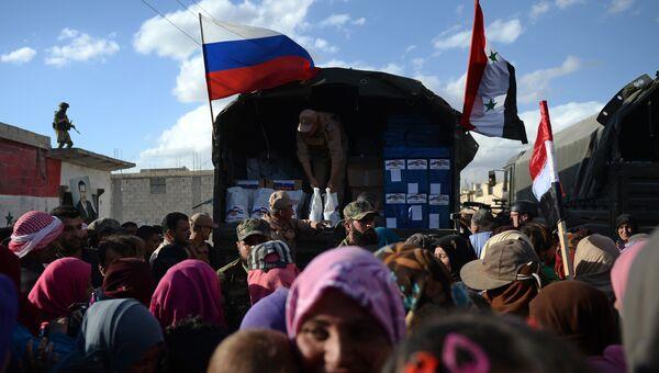 Раздача российской гуманитарной помощи жителям населенного пункта Каукаб в Сирии