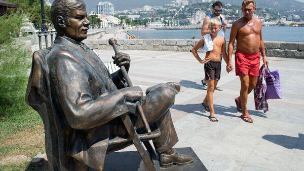 Памятник Народному артисту СССР Михаилу Пуговкину на набережной Ялты