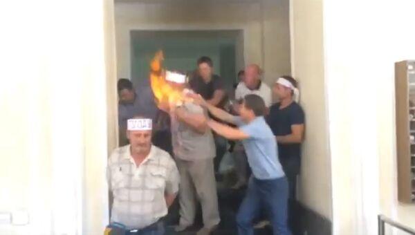 Голодающий шахтер поджег себя в здании Минэнерго Украины. Кадры инцидента