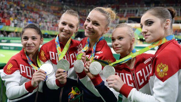 Спортсменки сборной России, завоевавшие серебряные медали в командном многоборье среди женщин на соревнованиях по спортивной гимнастике на XXXI летних Олимпийских играх. 9 августа 2016