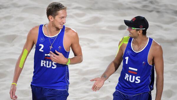 Российские волейболисты Константин Семенов и Вячеслав Красильников в матче против команды Чили на XXXI летних Олимпийских играх