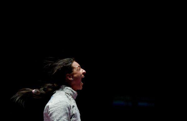 Яна Егорян после завершения финального поединка индивидуального первенства по фехтованию на саблях среди женщин
