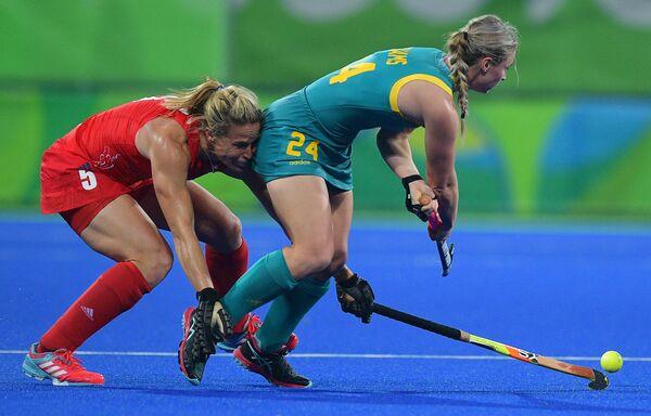 Игроки сборных Австралии Великобритании во время матча по хоккею на траве на Олимпийских играх в Рио-де-Жанейро
