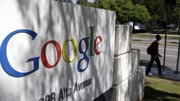 Логотип компании Google у здания штаб-квартиры в Маунтин-Вью, Калифорния, США