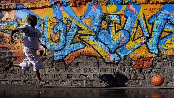 Мальчик играет рядом с железнодорожной станцией в Риме. Архивное фото