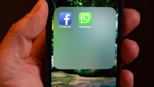 Иконки WhatsApp и Facebook на экране смартфона. Архивное фото