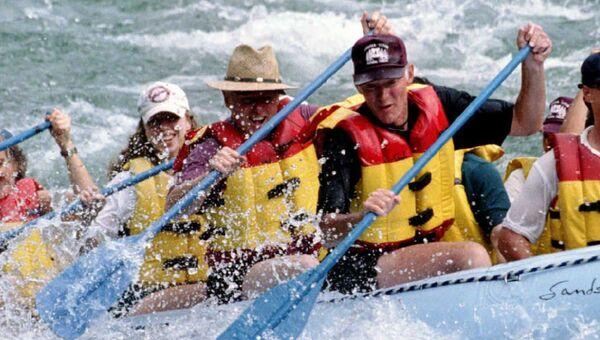 Билл Клинтон с дочерью Челси во время сплава по реке Снейк