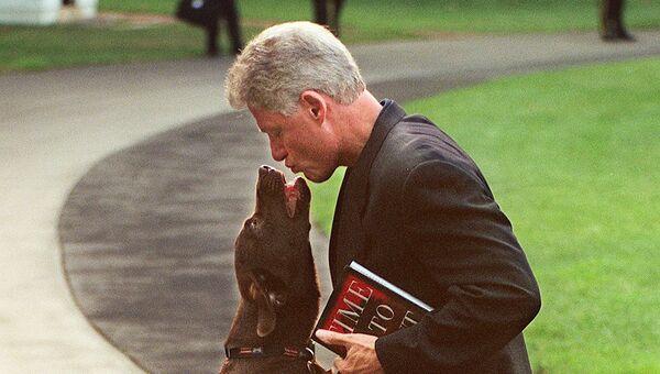 Президент США Билл Клинтон со своей собакой Бадди на лужайке перед Белым домом