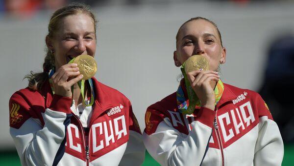 Победительницы в женских соревнованиях по теннису россиянки Екатерина Макарова (слева) и Елена Веснина после церемонии награждения.