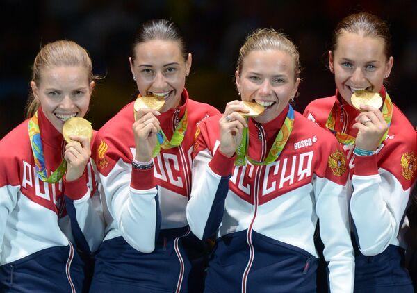 Спортсменки сборной России, завоевавшие золотые медали в командном первенстве по фехтованию на саблях на XXXI летних Олимпийских играх