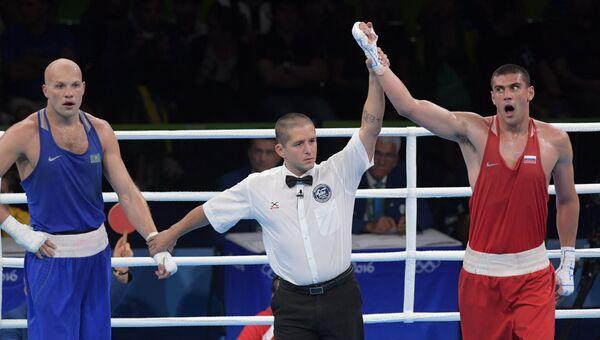 Василий Левит (Казахстан) и Евгений Тищенко (Россия) после окончания финального поединка на соревнованиях по боксу на XXXI летних Олимпийских играх