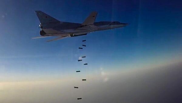 Дальний бомбардировщик ВКС России Ту-22М3 во время нанесения бомбовых авиаударов по объектам ИГ в Сирии. 16 августа 2016 года