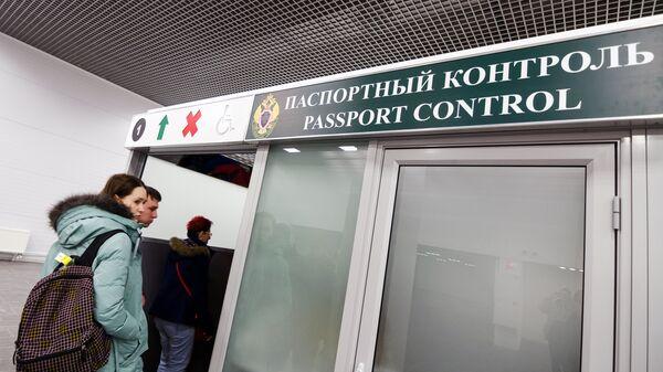 Пассажиры проходят паспортный контроль в Международном аэропорту Жуковский в Московской области