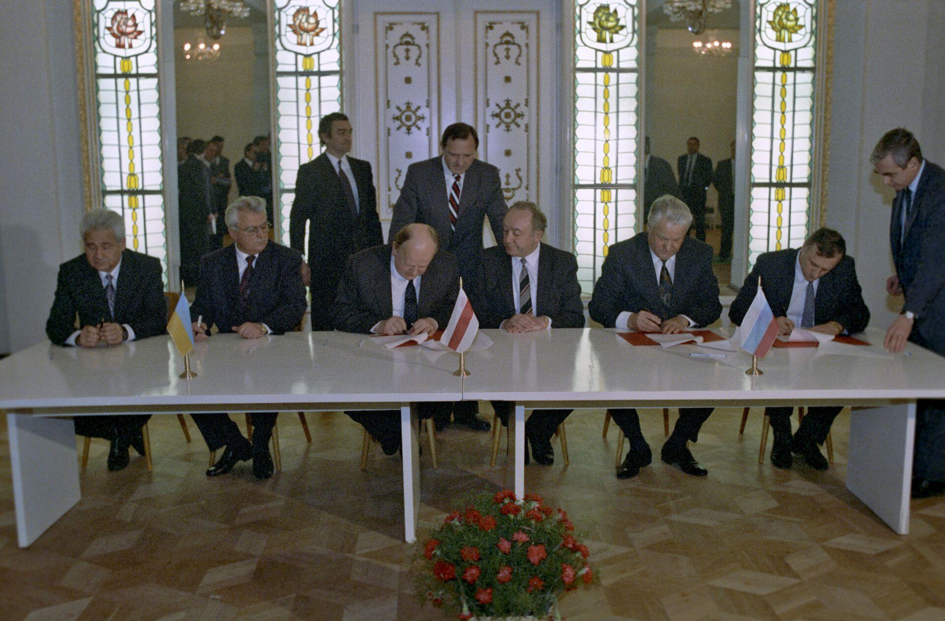 Подписание Беловежских соглашений в Белоруссии. 8 декабря 1991 года  - РИА Новости, 1920, 03.12.2020