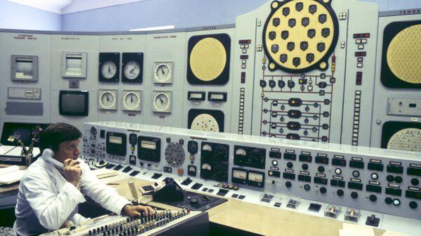Инженер-оператор Сергей Соколов в реакторном зале Обнинской АЭС. 1984 год