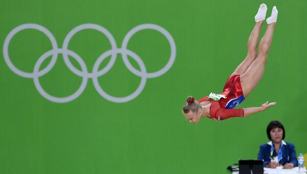 Ангелина Мельникова (Россия) выполняет вольные упражнения в командном многоборье среди женщин на соревнованиях по спортивной гимнастике на XXXI летних Олимпийских играх