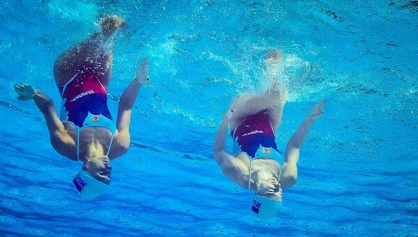 Светлана Ромашина и Наталья Ищенко во время тренировки перед выступлением с произвольной программой в соревнованиях по синхронному плаванию