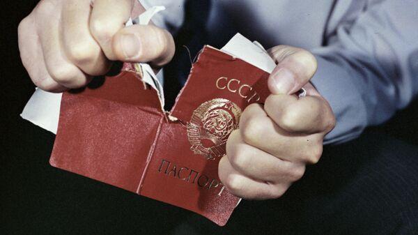 Человек рвет советский паспорт. Кадр из фильма киностудии Таджикфильм