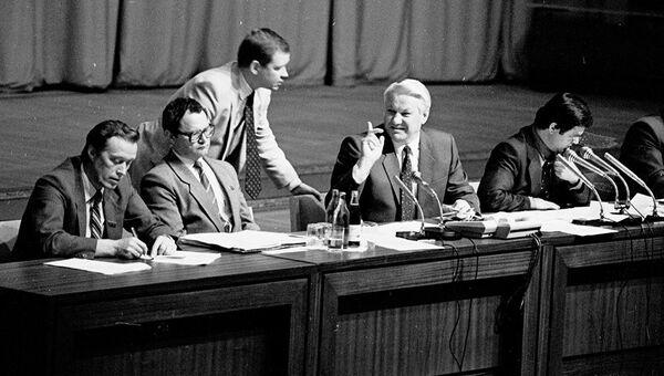 Сергей Станкевич сообщает Борису Ельцину о том, что ГКЧП в полном составе мчится во Внуково. 21 августа 1991 года. Архивное фото
