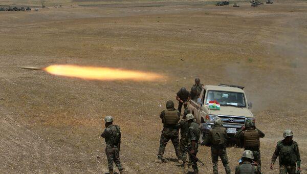 Курдские военизированные формирования запускают ракету в сторону ИГ на юго-востоке Мосула. Архивное фото