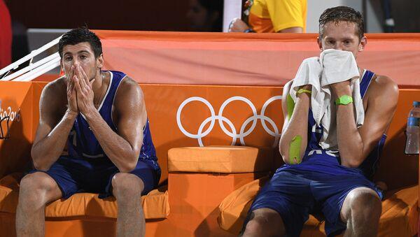 Вячеслав Красильников и Константин Семенов (Россия) после окончания матча за 3-е место мужского турнира по пляжному волейболу