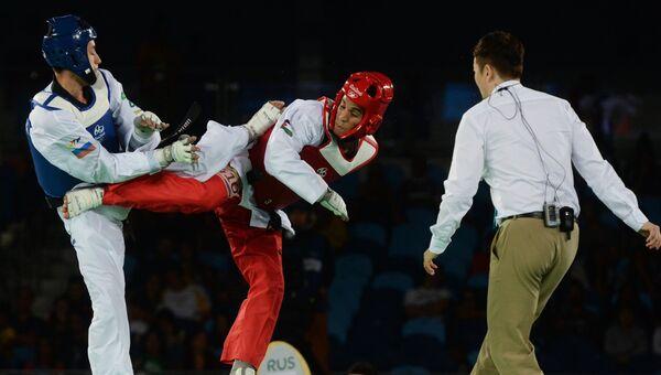 Алексей Денисенко (Россия) и Ахмад Абугауш (Иордания) в финальном поединке соревнований по тхэквондо на XXXI Олимпийских играх