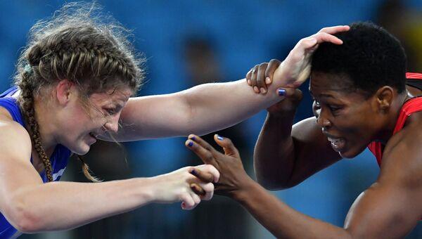 Екатерина Букина (Россия) и Аннабель Али (Камерун) в поединке за третье место соревнований по вольной борьбе на XXXI летних Олимпийских играх
