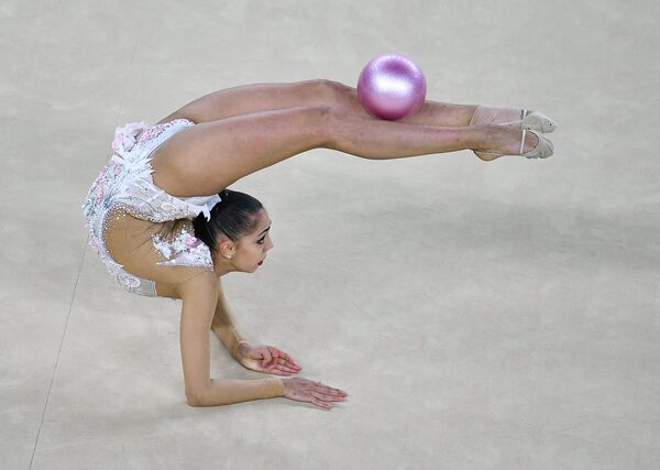 Маргарита Мамун (Россия) выполняет упражнения с мячом в индивидуальном многоборье по художественной гимнастике на XXXI летних Олимпийских играх