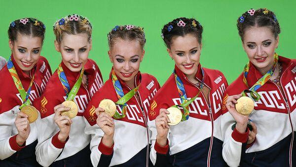 Спортсменки сборной России, завоевавшие золотые медали в групповых соревнованиях по художественной гимнастике на XXXI летних Олимпийских играх