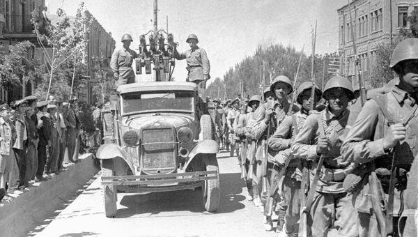 Советские войска вступают в город Тавриз. Архив